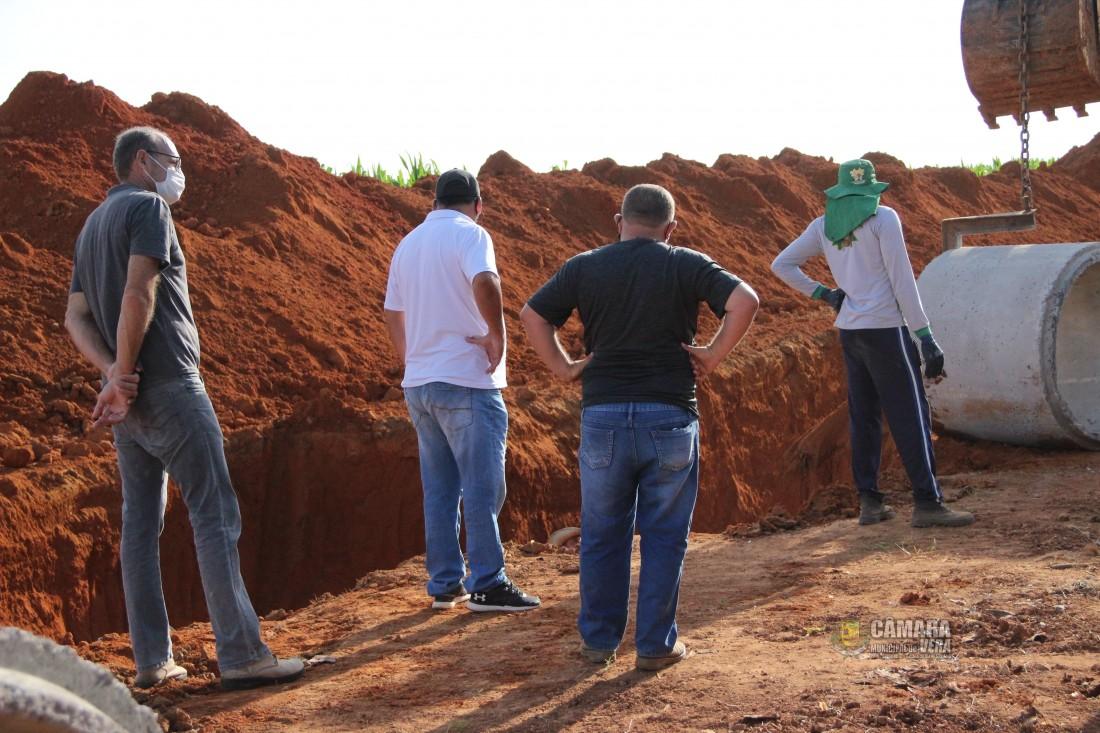Vereadores acompanham obras de pavimentação e manutenção em estradas vicinais